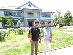 下嶋兄さん(左)と一本木公園バラの会の芳川博成理事長